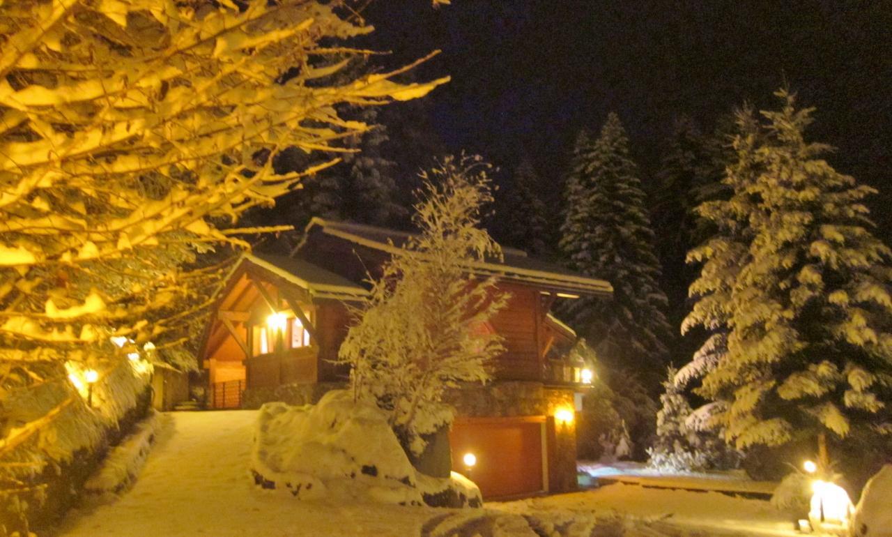 Chalet éclairé en hiver (1)