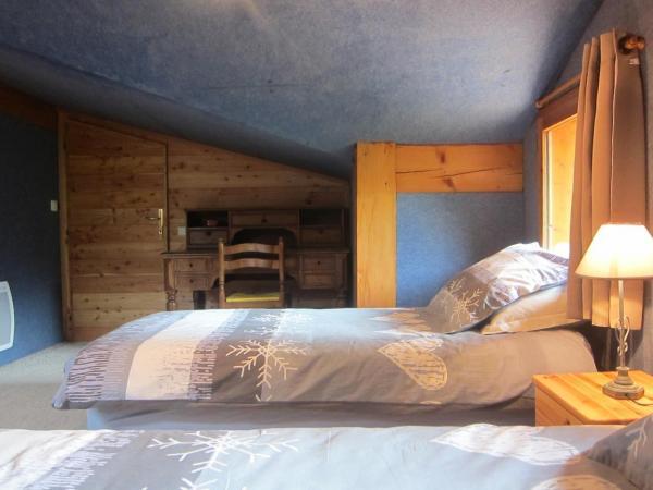 Chambre 4 lits et bureau